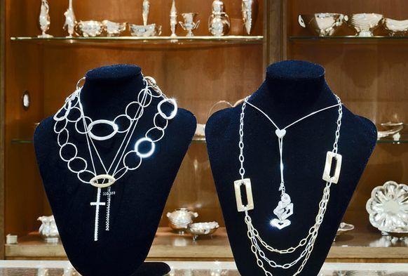 7762155b7e Σε ποιες γυναίκες ταιριάζουν τα ασημένια κοσμήματα - Βιολέττα Στάμου ...